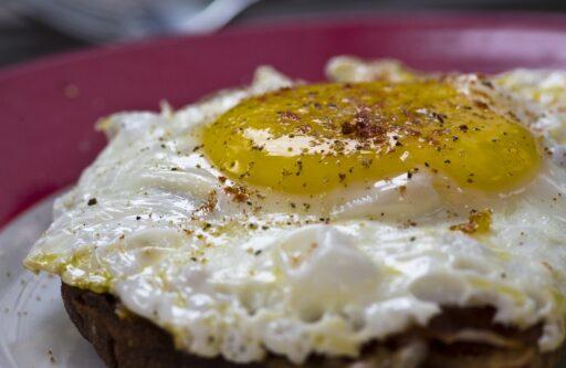 Brot mit Leberwurst, Tomaten und Ei